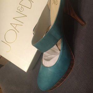 Gorgeous pair of Joan & David heels.